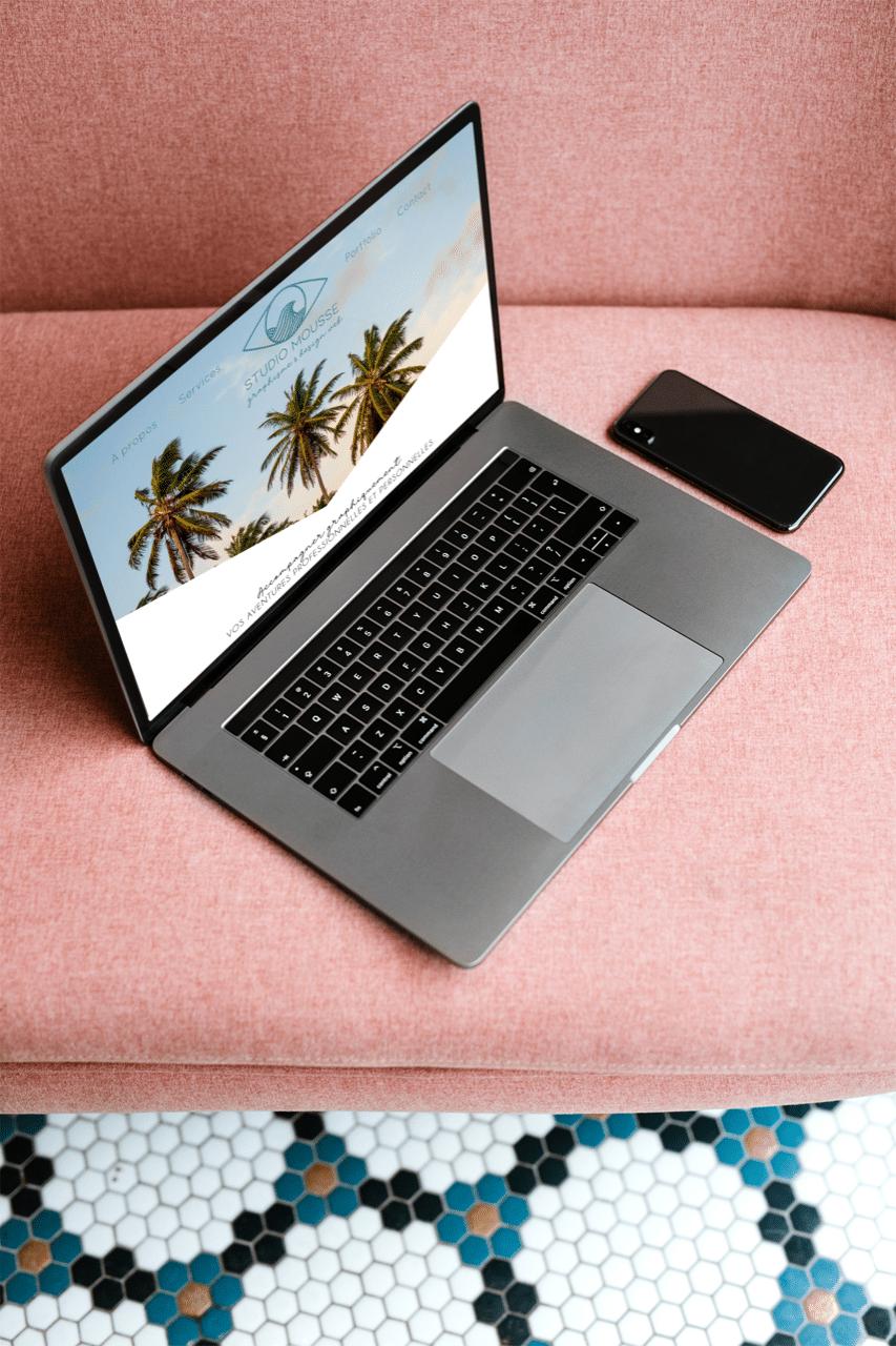 Ordianteur portable sur un canapé affichant un site web